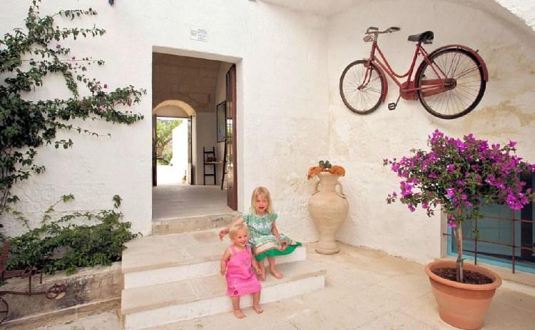 """Italien, Region Apulien: Dorfleben mit Charme in einer Ferienwohnung im Palazzo mit Gemeinschaftspool. Entdecke mehr unter """"Feriendomizile, für die dich deine Kinder lieben werden"""" auf www.berlinfreckles.de"""