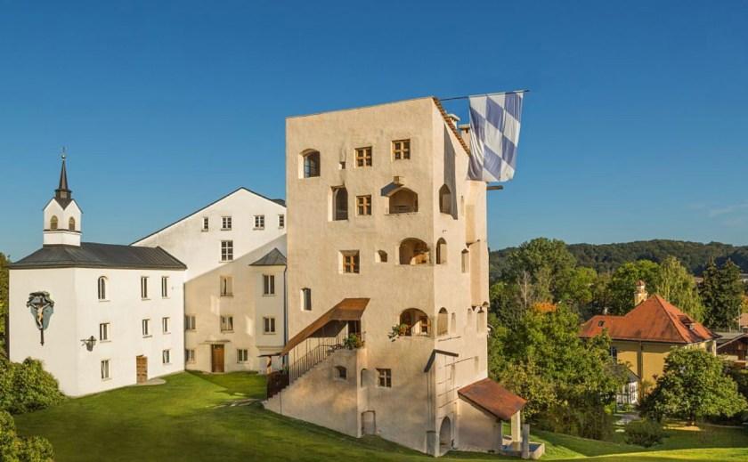 """Chiemgau in Bayern: Ferienwohnungen im mittelalterlichen Turm von Schloss Schedling. Entdecke mehr unter """"Feriendomizile, für die dich deine Kinder lieben werden"""" auf www.berlinfreckles.de"""