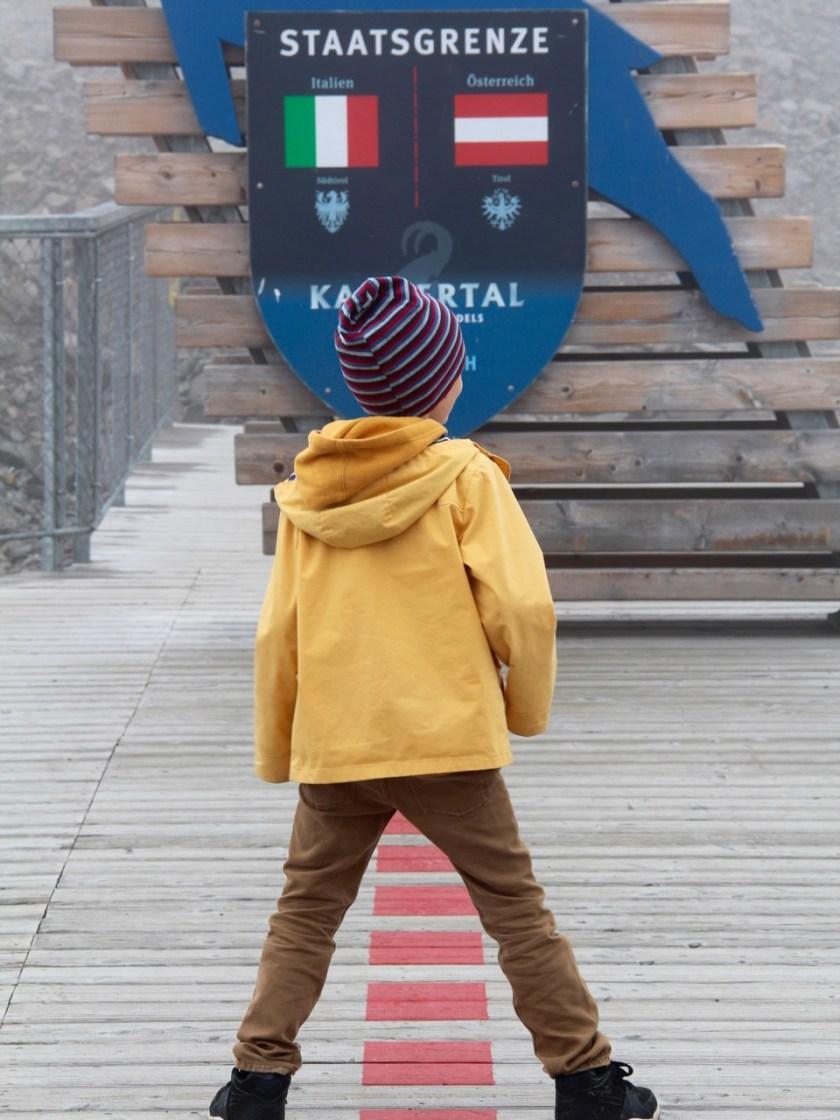 Tirol barrierefrei: Die Karlesjochbahn bringt einen bis zum Dreiländerblick. Hier steht man gleichzeitig in Österreich und Italien. www.berlinfreckles.de