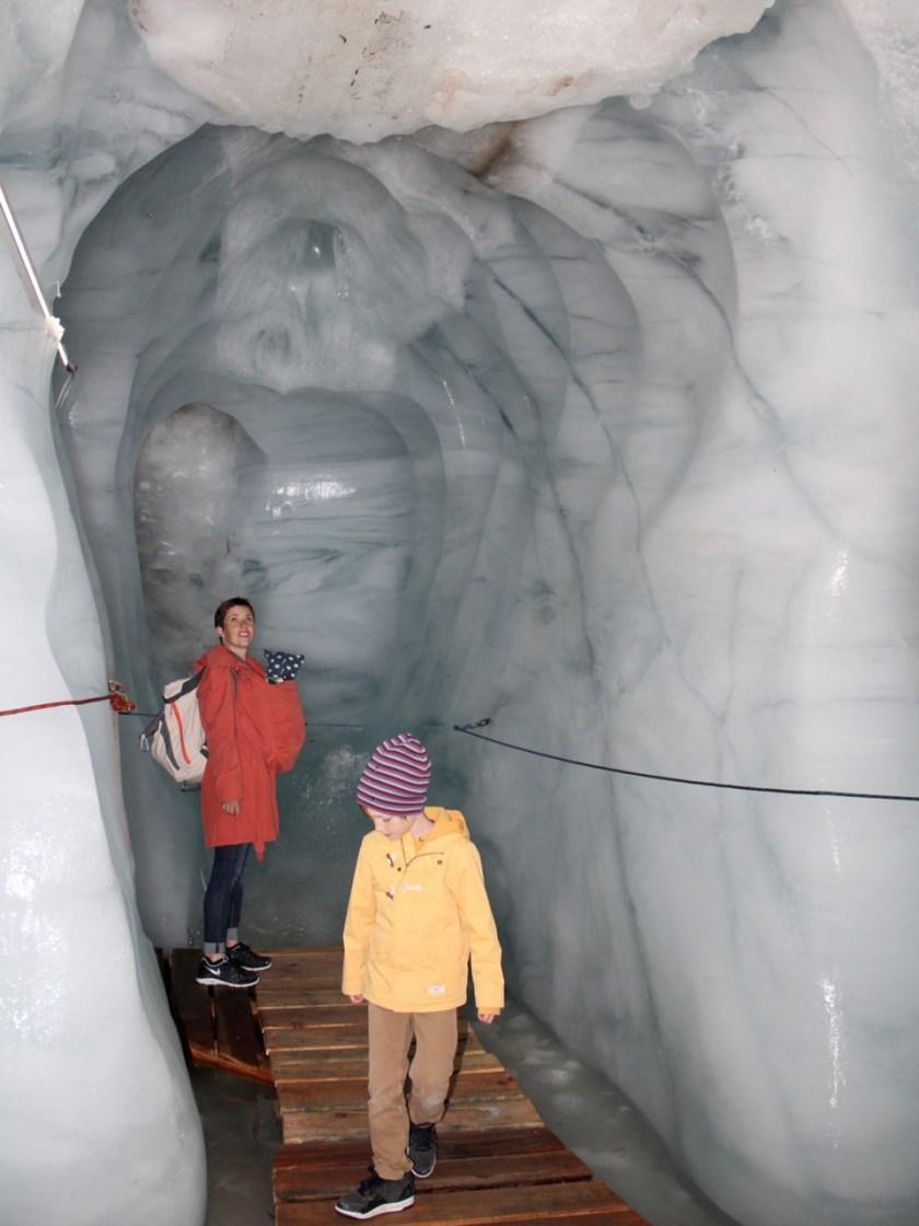 Tirol diesmal nicht barrierefrei: Die beeindruckende Gletscherspalte im Kaunertal kann auch im Sommer besucht werden. www.berlinfreckles.de