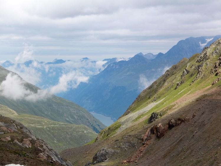 Tirol barrierefrei: Blick von der Weisseespitze auf die Kaunertaler Gletscherstraße und den Gepatschter Stausee. www.berlinfreckles.de