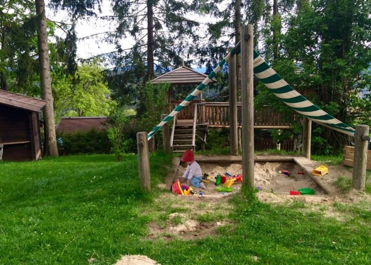 Der Garten vom Parkhotel Holzner in Südtirol mit Spielplatz und Tiergehegen