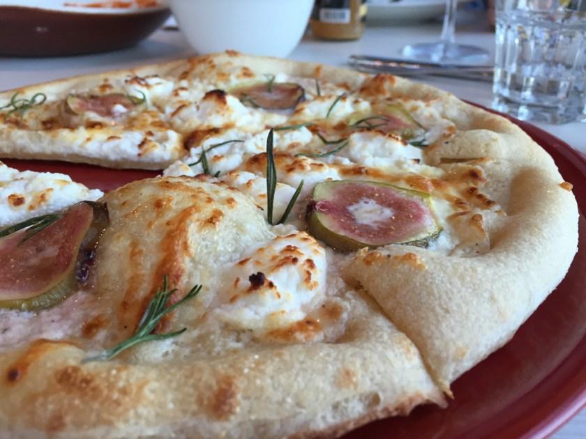Pizza mit Ziegenfrischkäse, Feigen und Rosmarin im a-ja Bad Saarow. Das Resort.