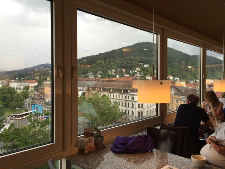 Verkehrsknotenpunkt Bismarckplatz. Hier der Blick vom Restaurant der Galeria Kaufhof. (Übrigens mit Kinderspielecke!)