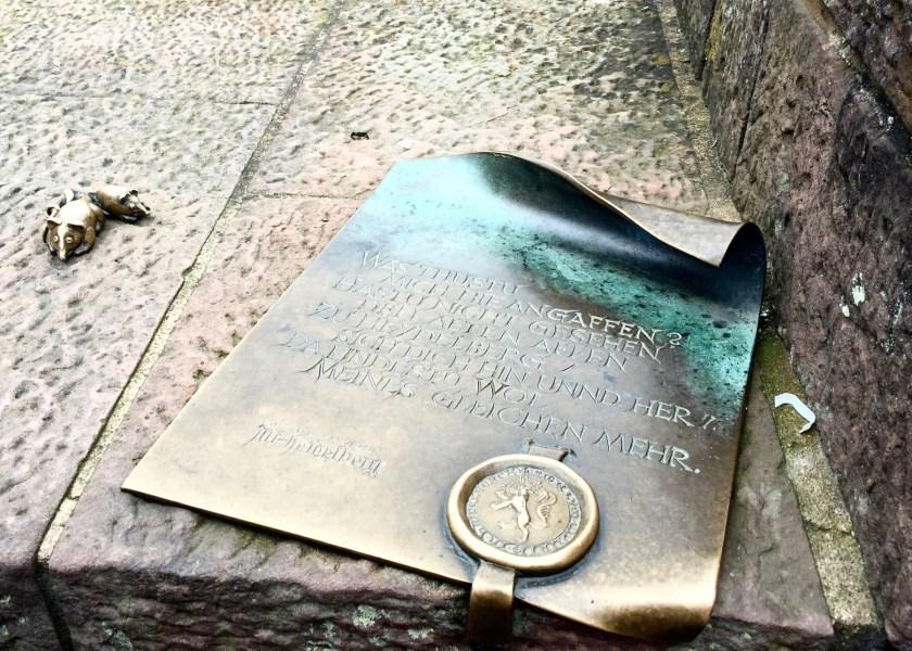 Viele schauen den Heidelberger Brückenaffen an. Dabei ist seine Botschaft eindeutig.