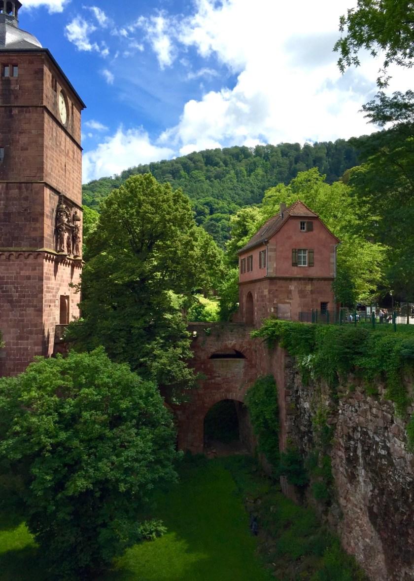 Durch dieses Torhäuschen des Heidelberger Schlosses kommt man nur mit Eintrittskarte oder HeidelbergCARD.