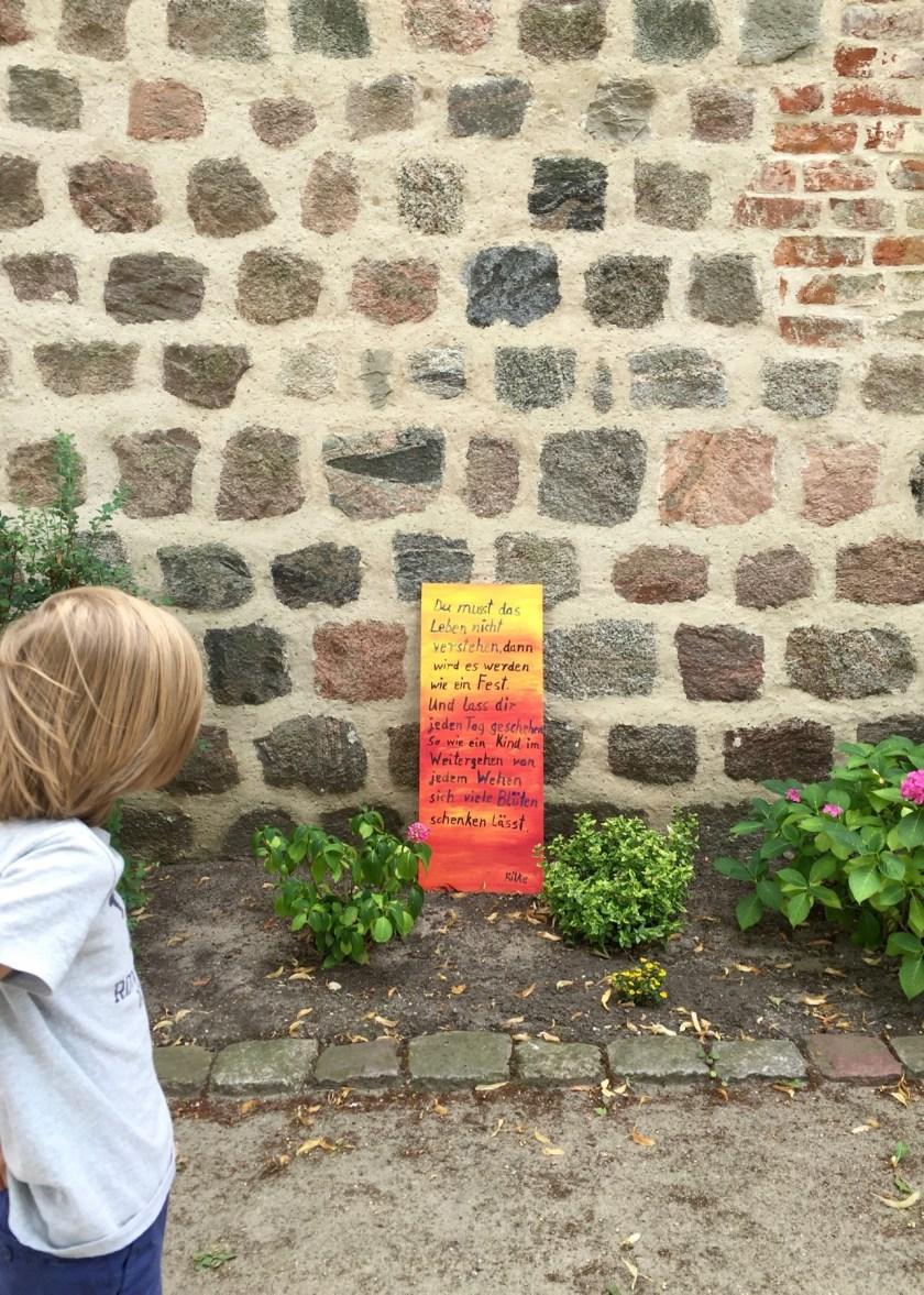 Eine weitere Tafel vor der schönen Feldsteinkirche in Lychen