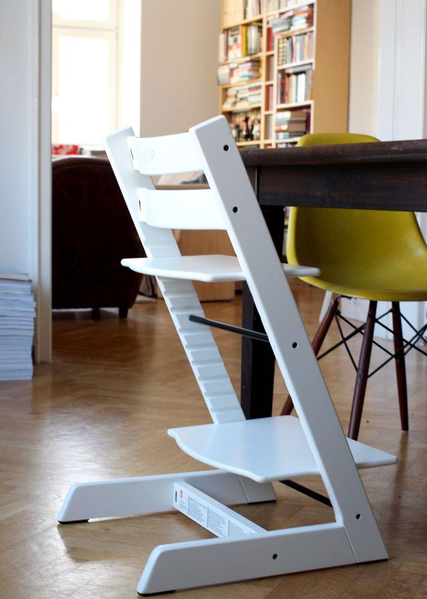 Der Tripp Trapp Hochstuhl von Stokke in Weiß. Eine Inspiration fürs Wohnen mit Kindern von www.berlinfreckles.de
