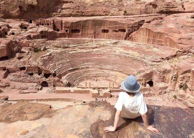In Petra lohnt es sich, die breiten Wege zu verlassen. Hier ein Blick auf das antike Theater. Jordanien: Highlights und Impressionen von einer Rundreise mit Schulkind. Mehr dazu auf www.berlinfreckles.de