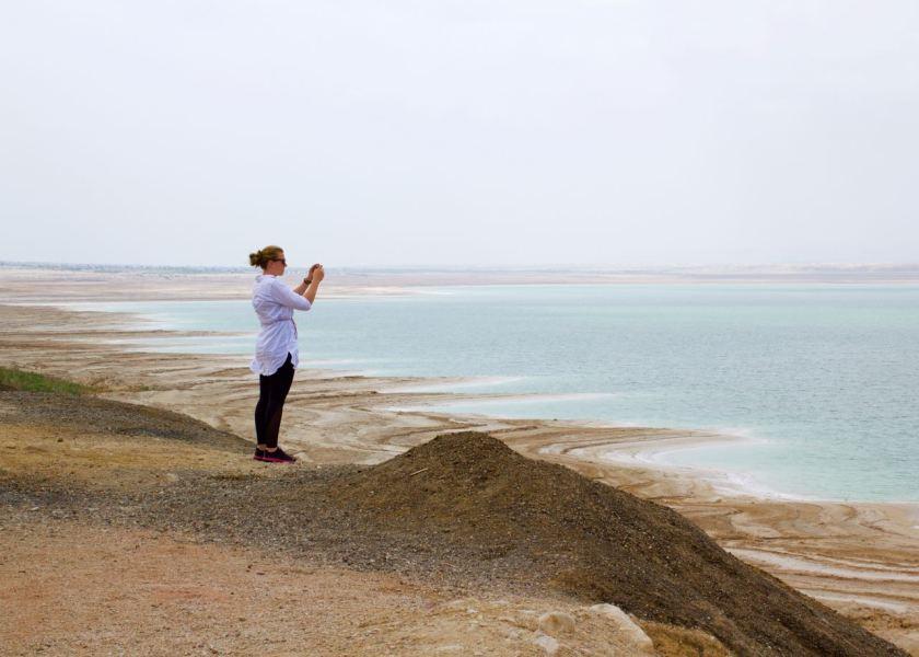 Das Tote Meer in Jordanien. Die Ufer am südlichen Ende des großen Nordbeckens sind besonders malerisch. Jordanien: Highlights und Impressionen von einer Rundreise mit Schulkind. Mehr dazu auf www.berlinfreckles.de