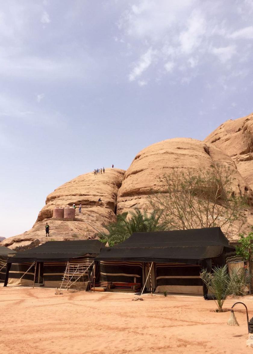 """Wadi Rum und das Wüstencamp """"Captain's Desert Camp. Jordanien: Highlights und Impressionen von einer Rundreise mit Schulkind. Mehr dazu auf www.berlinfreckles.de"""