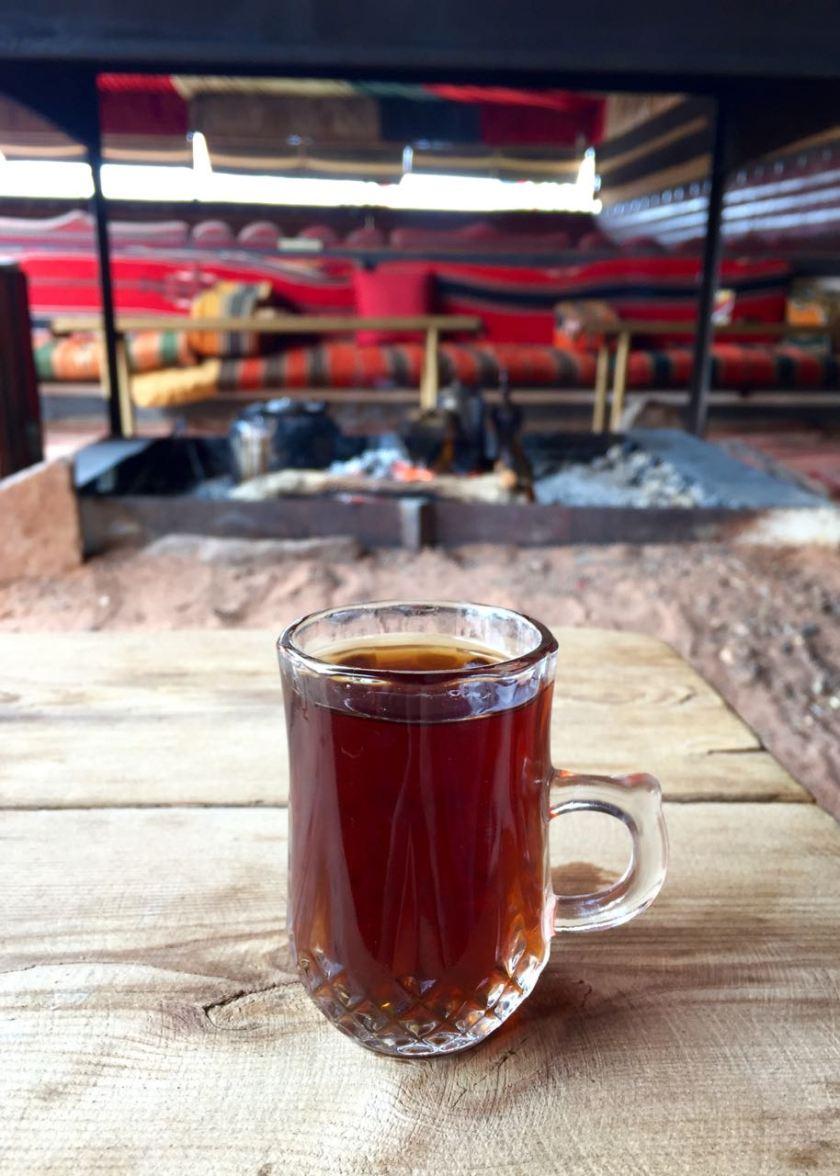 Tee trinken im Wüstencamp im Wadi Rum. Ein besonderer Moment. Jordanien: Highlights und Impressionen von einer Rundreise mit Schulkind. Mehr dazu auf www.berlinfreckles.de