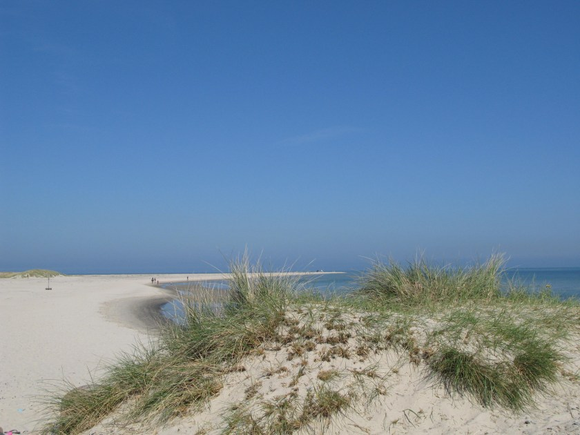 Grenen, die nördlichste Spitze von Dänemark ganz in der Nähe von Skagen.Dänemarks nördlichster Punkt, an dem die beiden Meere Skagerrak und Kattegat zusammentreffen. Es ist ein faszinierendes Erlebnis, an der Spitze von Jütland und dem europäischen Festland zu stehen unddie Wellen, die von Nordsee und Ostsee zusammenschlagen zu beobachten.