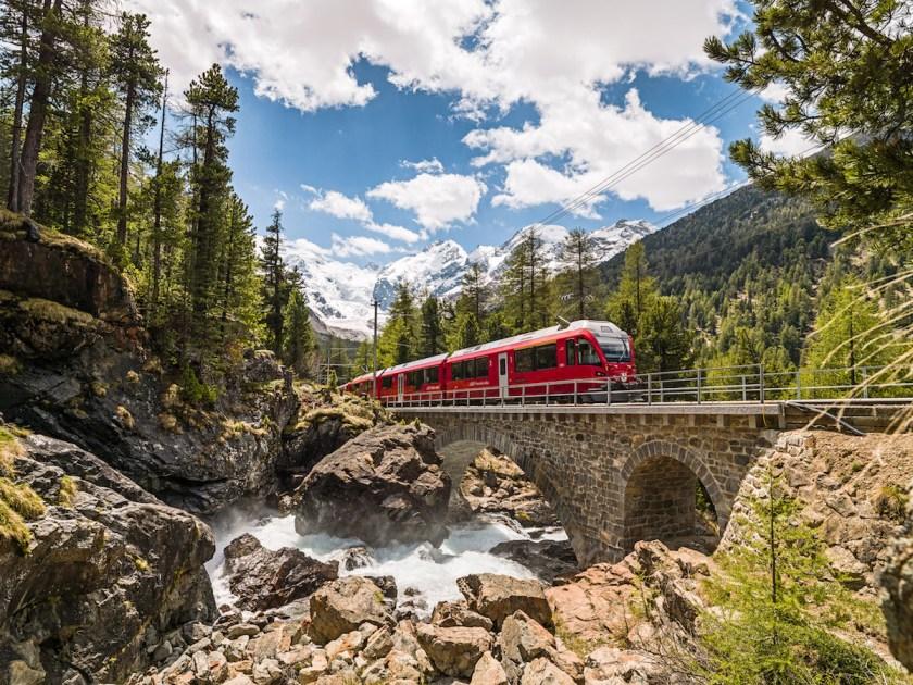 Schweiz mit Kindern: Ideen für den Familienurlaub in Graubünden, Rhätische Bahn bei Morteratsch, Foto: Graubünden Ferien/Erik Süsskind