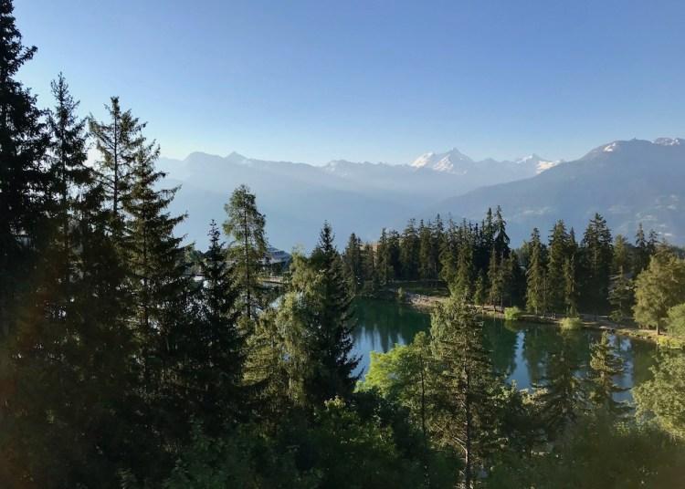 Jugendherberge Bella Lui Crans-Montana: Der Blick auf den kleinen See im Ort und die Alpen