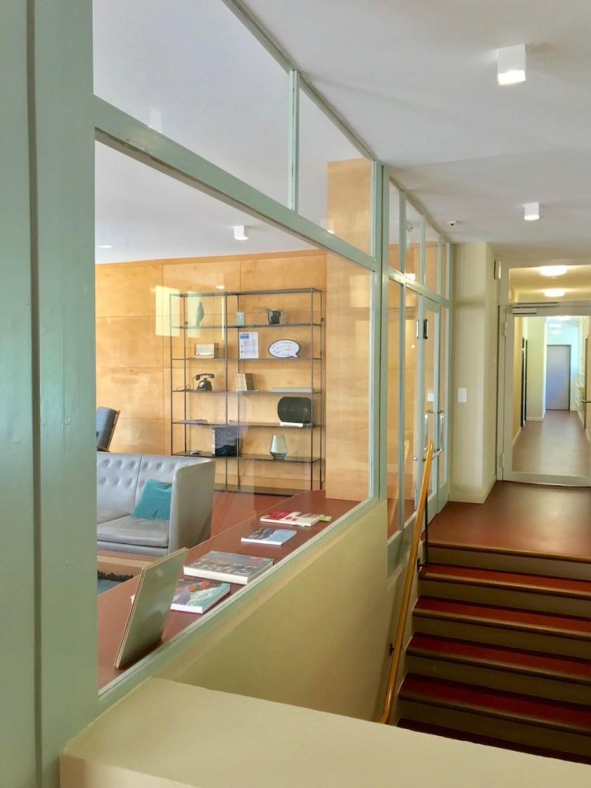 Jugendherberge Bella Lui Crans-Montana: Der Eingangsbereich mit Blick in die Lounge. Die Treppe führt zum Speiseraum.