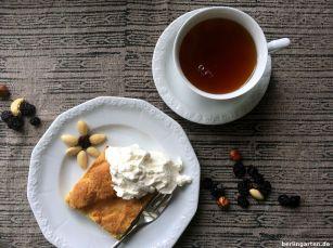 Lecker Mürbeteig-Apfelkuchen mit Schlagsahne