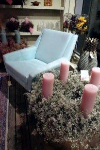 Ein hübsches Paar: der blaue Sessel und der Schleierkrautkranz