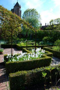 Der Weiße Garten im Frühjahr mit Tulpe White Triumphator