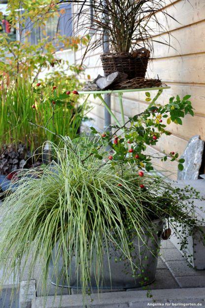 Farblich dezente und nachhaltige Dekoration auf der Terrasse