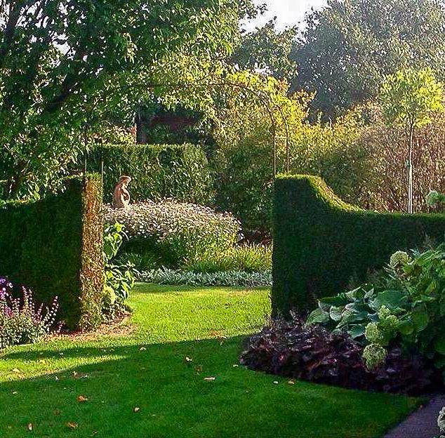 Eibenhecken trennen die verschiedenen Gartenräume voneinander ab
