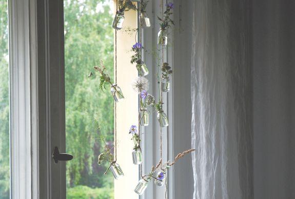 Wiesenblumen am Fenster