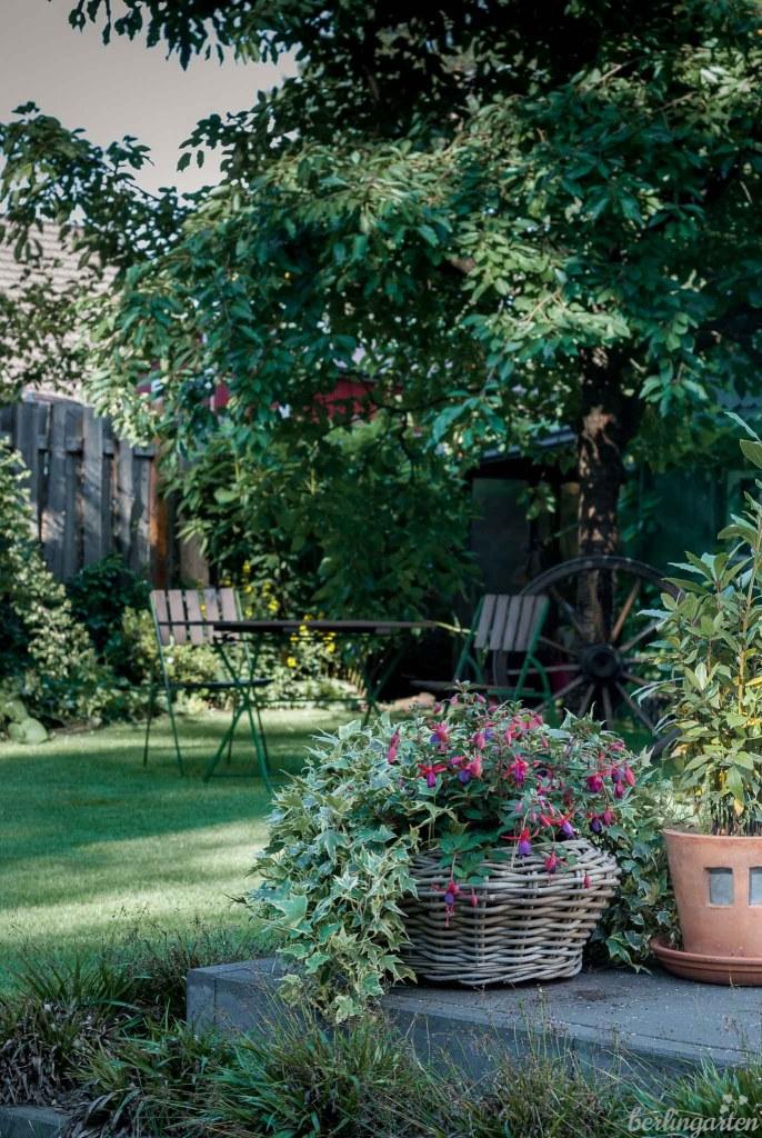 Verschiedene Sitzplätze im Garten je nach Tageszeit