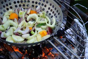 Grillwok mit Gemüse auf Grill
