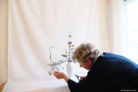 Ikebanalehrerin Renate korrigiert
