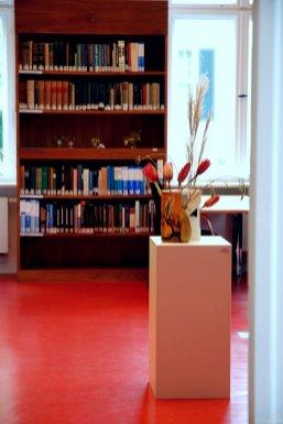 """Karin Schreiber hat hier """"Kostbarkeiten"""" versammelt und eine Verbindung aus Katalog, Keramik und Pflanze gefunden. Die Samenstände sind die der Glyzine"""
