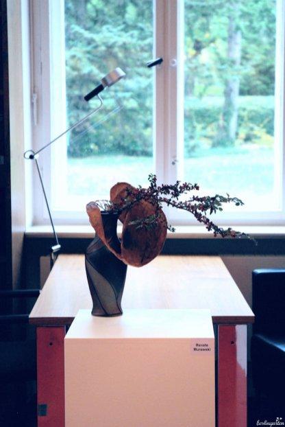 Optimal ergänzen sich Vasendekor und das ummantelte Metallgeflecht von Renate Murawski