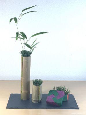 Tolle Idee: Der Bambus ist längs aufgesägt, eingeklemmt wurde ein mit Goldband umwickelter grüner Zweig