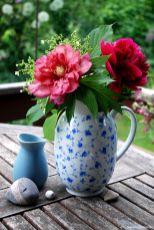 Hübsch auf dem Gartentisch: Pfingstrose Hillary und Rubra plena in Omis altem Blümchenkrug