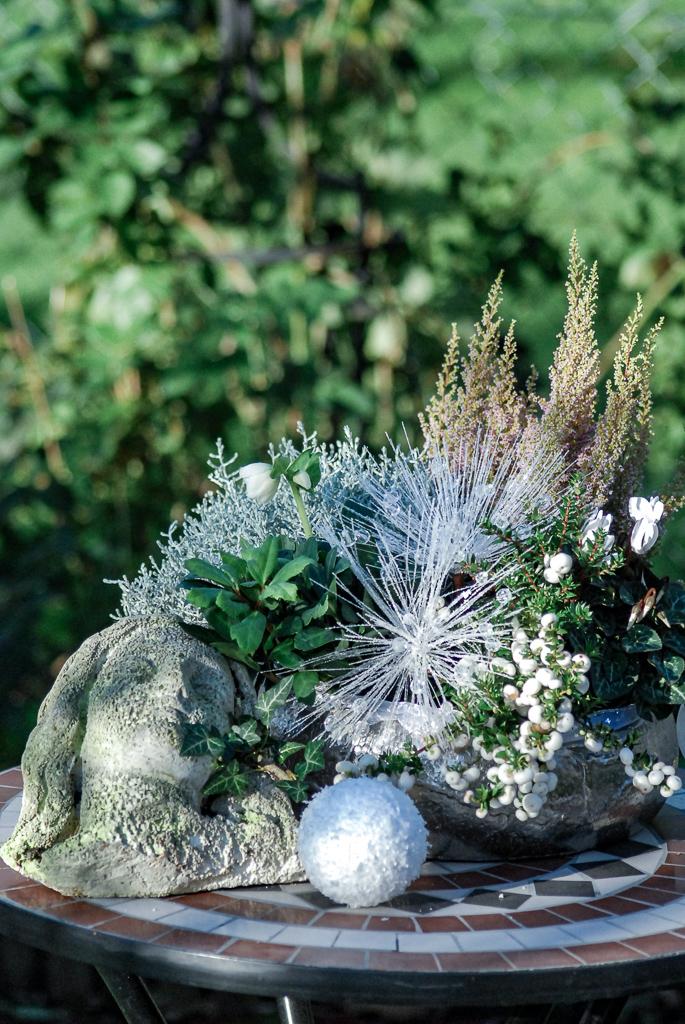 Pflanzschale mit winterlichen Zutaten und ein bisschen Bling-bling