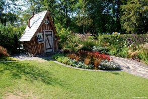 Gut für Fmilien geeignet: süßes Gartenhäuschen, Rasenfläche, bunte, robuste Pflanzungen