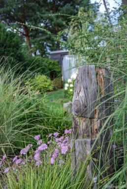 Altes Holz fügt sich harmonisch ins Beet und bietet dennoch einen Hingucker
