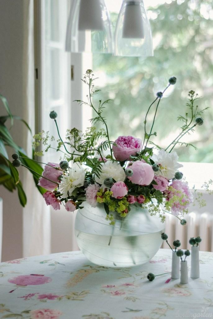 Üppiger Strauß mit gekauften Pfingstrosen und ergänzenden Gartenblumen wie Frauenmantel, Mohn und Schafgarbe