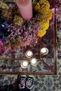 Ein Trockenblumenkranz aus verschiedenen Blumen in farblich abgesetzten Blöcken verarbeitet