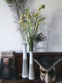 Tuberose und Pfauenfedern passen mit ihrem hohen schlanken Habitus sehr gut zu den 60er Jahre Vasen