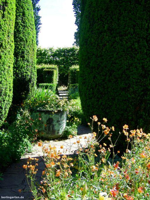 Verschiedene Räume mit Durchblicken machen den Garten spannend