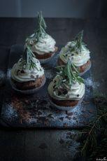 Wintercupcakes mit kleinen Tannen aus Rosmarin. Dekoriert wird mit Puderzucker, Zimt und Schokoladenflocken