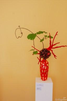 Ulrike Vogler zeigt nicht nur ein besonderes Arrangement, sondern auch eine Upcycling-Vase