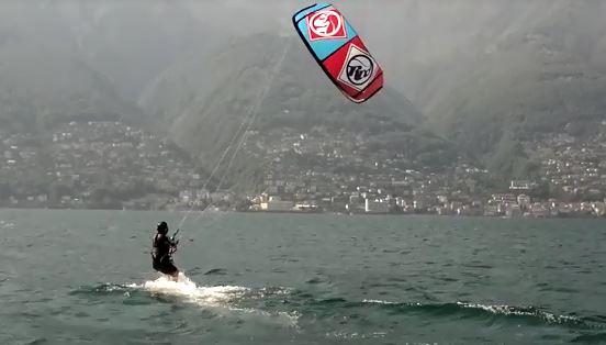 Frau beim Kitesurfen
