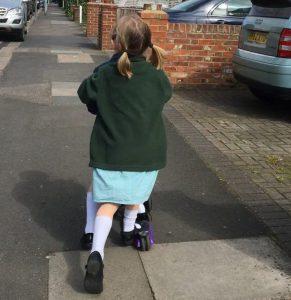 Scooterfahrende Kinder