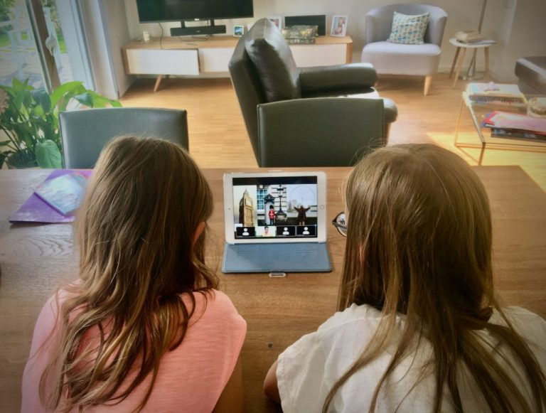 Kinder während der virtuellen Londontour für Kinder von Tourguide Julia