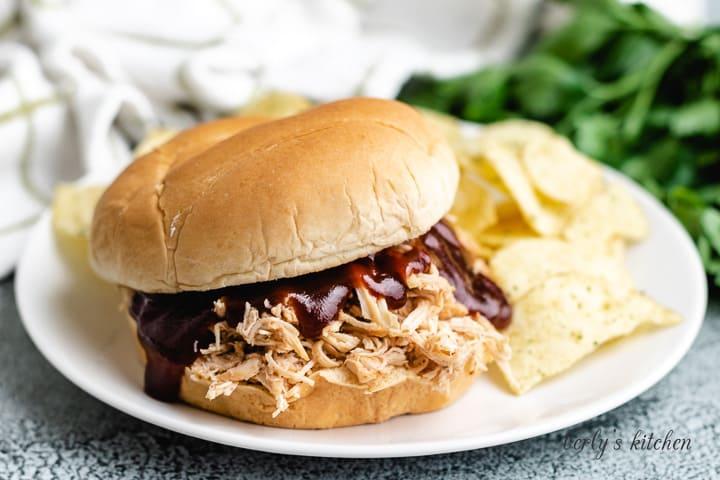 Bir tabakta yavaş bir tencere Barbekü tavuklu sandviç.