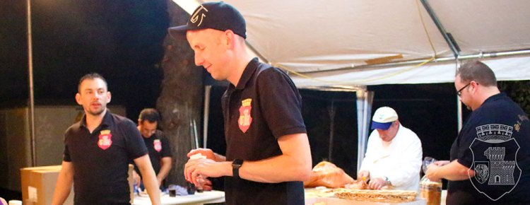 Fleißige Bernardiner beim Verkauf der Spanferkel auf dem Schützenbiwak 2016