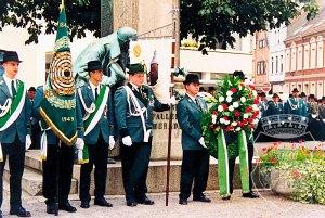 Besondere Ehre: Unsere Standarte durfte direkt vor dem Denkmal stehen.