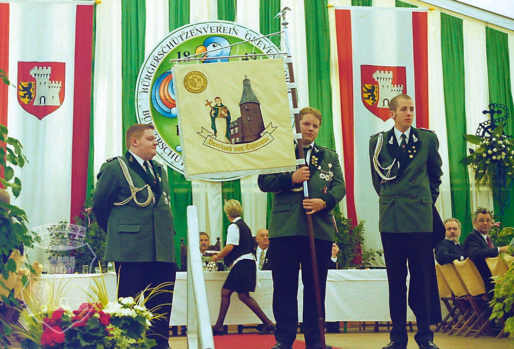 Michael, André und Bernd als frisch amtierende Fahnengruppe stellten die neue Standarte dem Regiment vor.