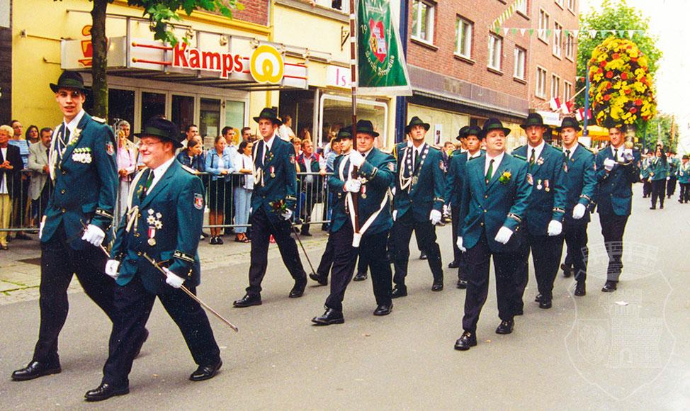 Der Marsch durch die Grevenbroicher City Kirmessonntag 2002.